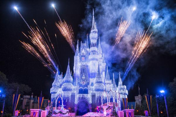 Queen Elsa Lights up Cinderella Castle ©Disney